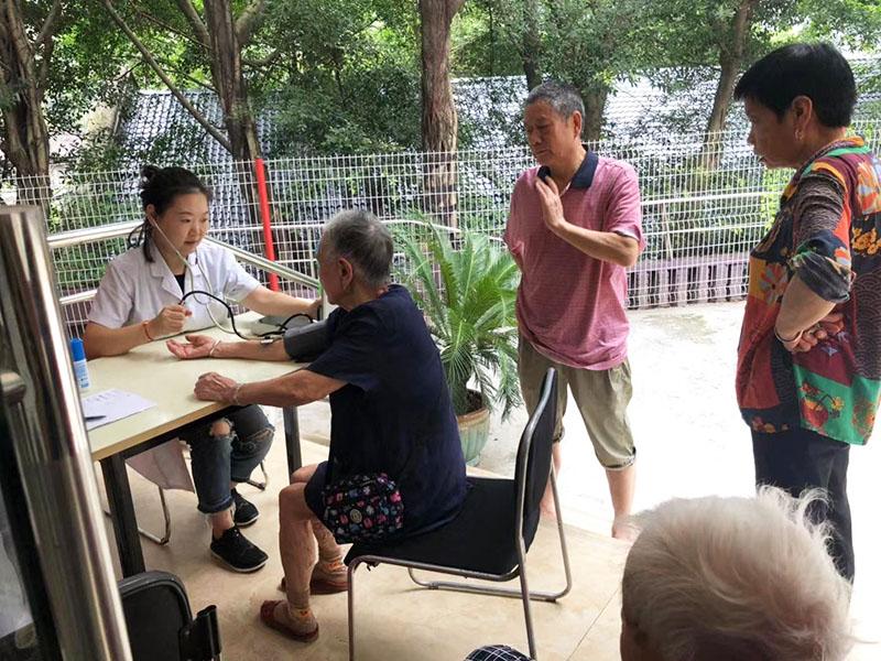 免费检查养老院老人血压现场