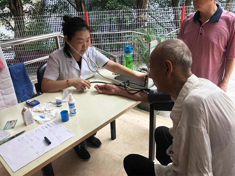 养老院老人定期体检现场